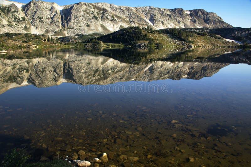 Восход солнца затишья озера Libby в горах ряда Snowy Вайоминга стоковое фото