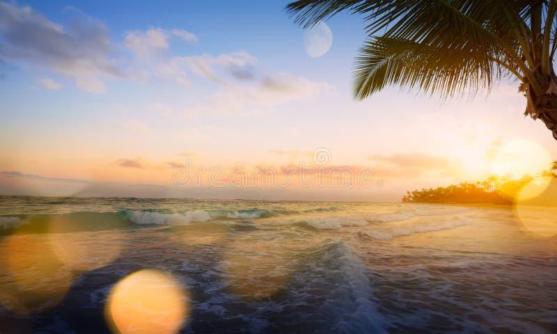 Восход солнца искусства красивый над тропическим пляжем стоковое изображение rf