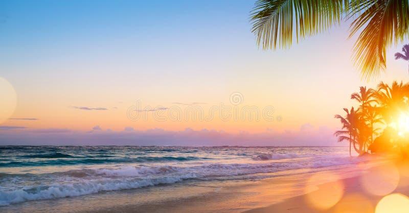 Восход солнца искусства красивый над тропическим пляжем стоковое изображение