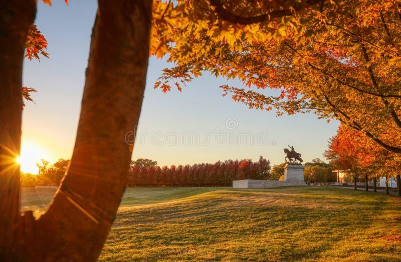 Восход солнца и листопад на холме искусства, Сент-Луис, Миссури стоковое изображение