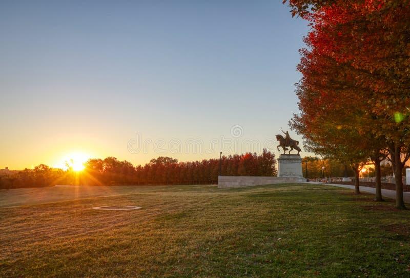 Восход солнца и листопад на холме искусства, Сент-Луис, Миссури стоковое фото rf