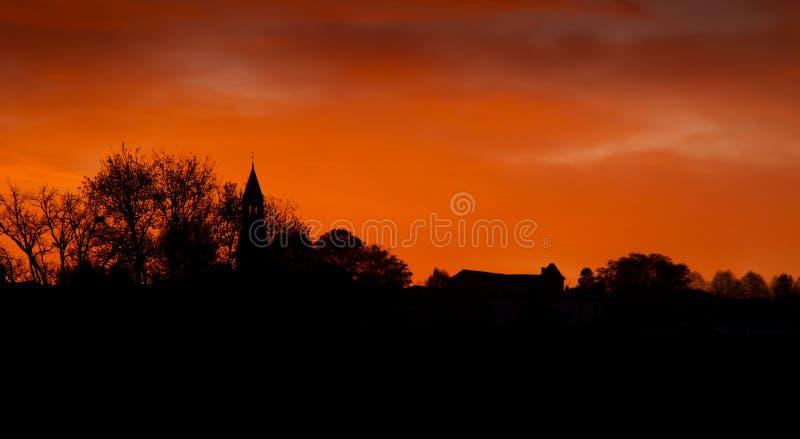 Восход солнца и небо апельсина в сельской местности, Франции стоковая фотография