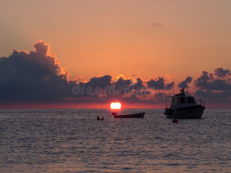 Восход солнца и шлюпка в Средиземном море Остров Pantelleria, Италия стоковые фотографии rf