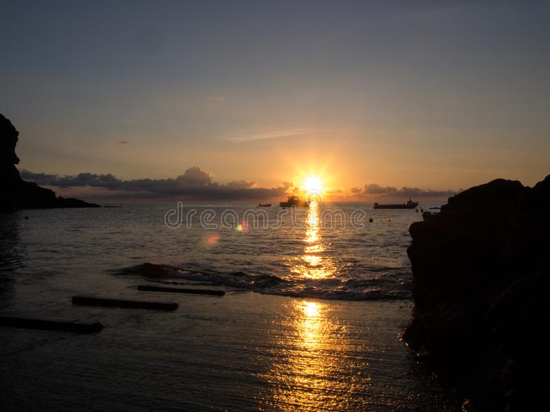 Восход солнца и шлюпка в Средиземном море Остров Pantelleria, Италия стоковые изображения