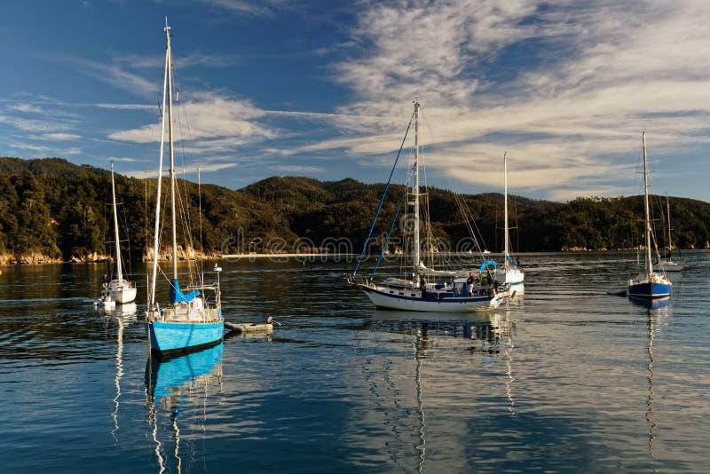 Восход солнца и яхты, залив Анкоридж, национальный парк Abel Tasman, Новая Зеландия стоковая фотография rf
