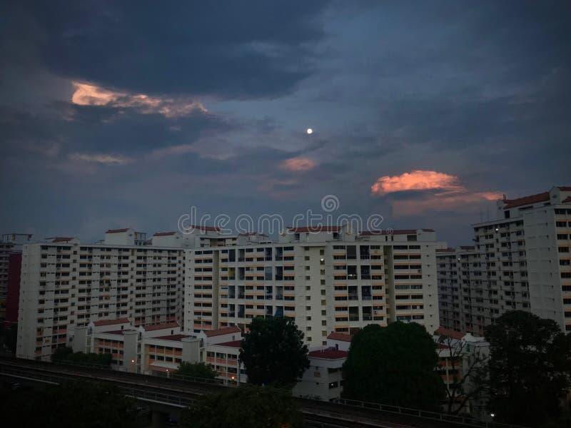 Восход солнца квартир HDB яркий на темном облаке стоковая фотография rf