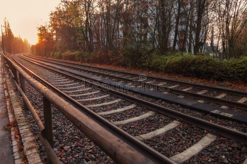Восход солнца над железными дорогами стоковые фотографии rf