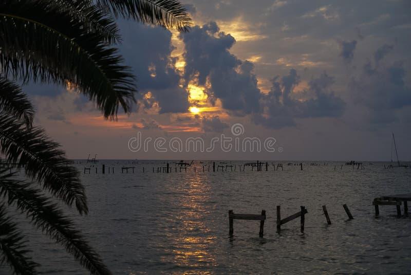 Восход солнца над заливом с разрушением пристани в Rockport Техасе a стоковые изображения rf