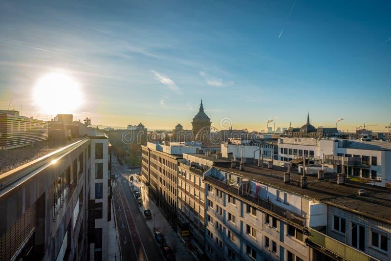 Восход солнца над крышами в городе стоковое изображение rf