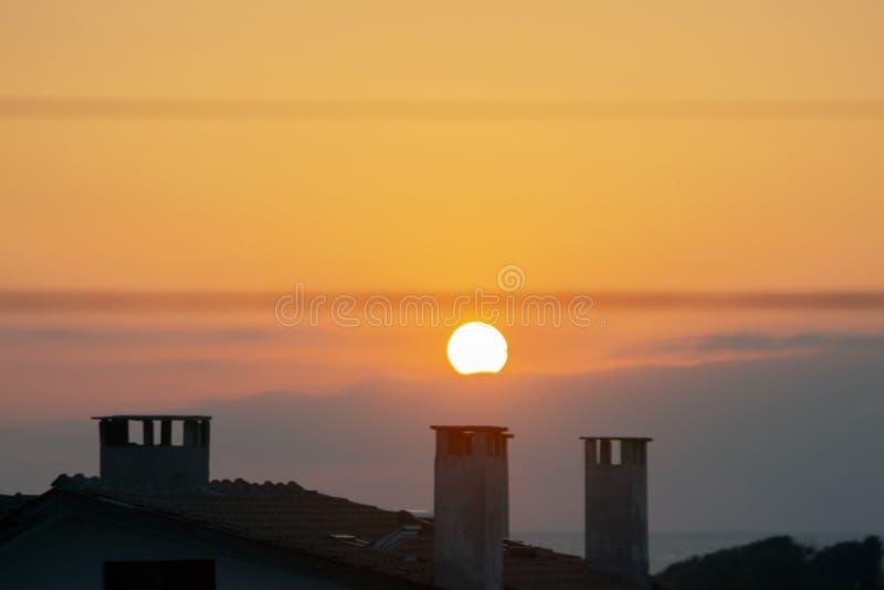 Восход солнца над крышей Взгляд от курорта Sinemorets, южного побережья Чёрного моря, Болгарии стоковая фотография rf