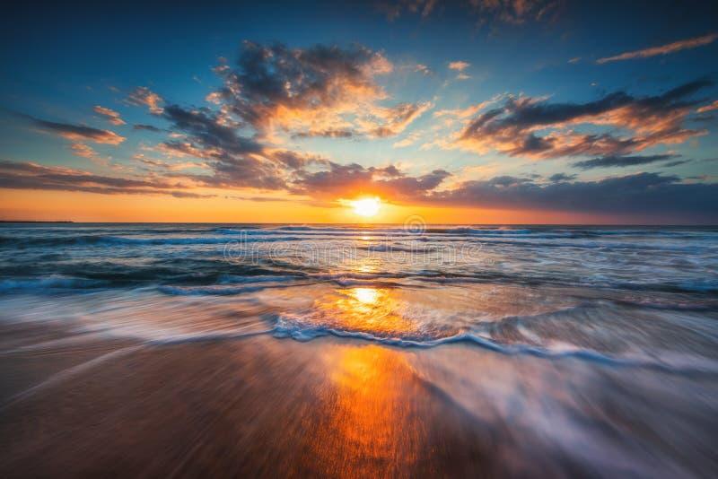 Восход солнца над морем и красивым cloudscape стоковая фотография rf