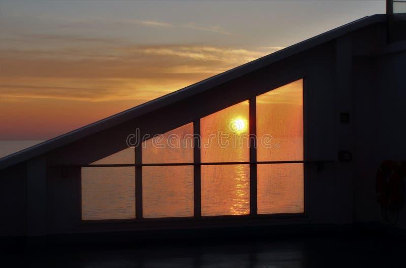 Восход солнца над морем от пассажирского корабля с солнцем поднимая над горизонтом стоковое изображение rf