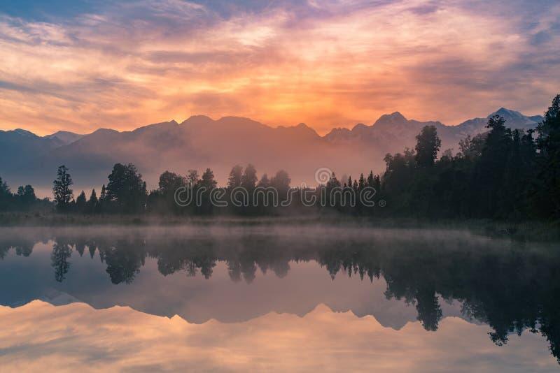 Восход солнца над озером с отражением горы Fox, Новой Зеландией Matheson стоковое фото rf