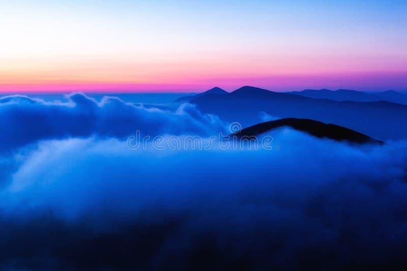 Восход солнца над прикарпатскими горами, взгляд от горы Bliznitsya Velika 1881 m Украина стоковые изображения rf