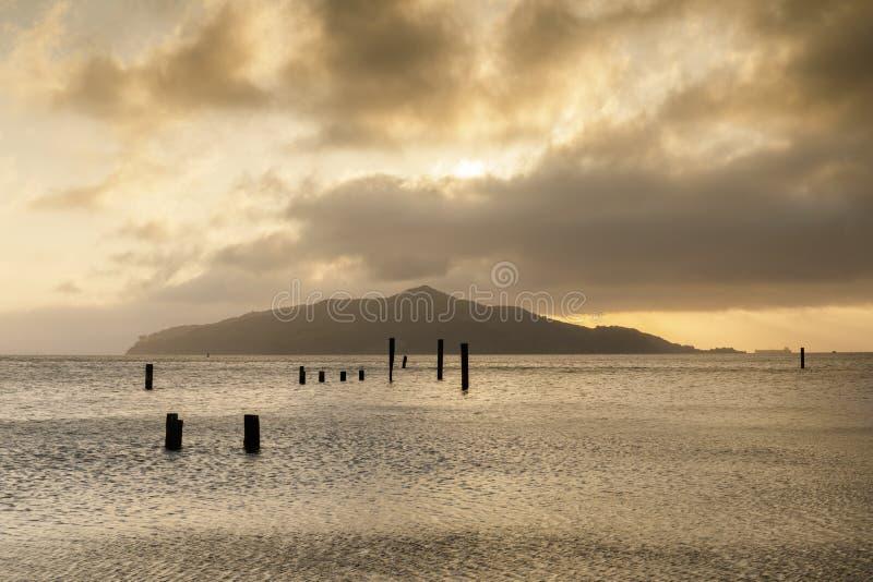 Восход солнца над пристанью Sausalito старой смотря остров ангела стоковые изображения