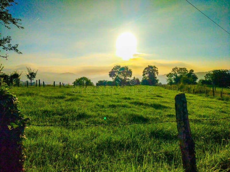 Восход солнца над ранчо в середине сельской местности Зеленая трава f стоковая фотография