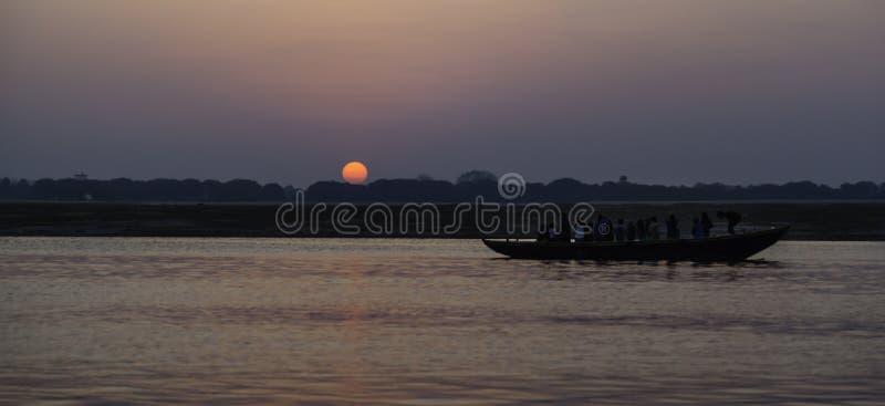 Восход солнца над рекой Гангом стоковое фото