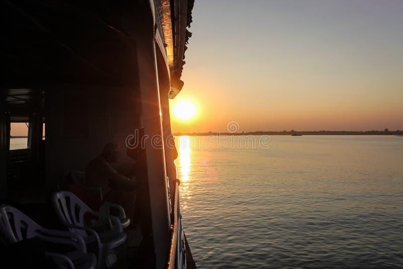 Восход солнца над рекой Irrawaddy стоковые изображения