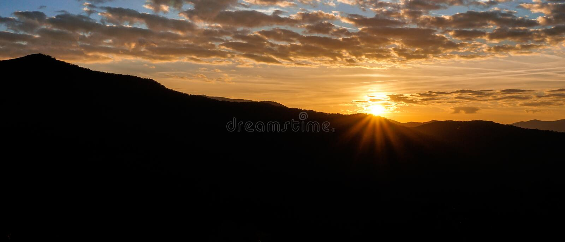 Восход солнца над силуэтом горы в Аппалачи западной Северной Каролины стоковое фото