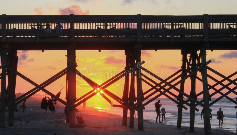 Восход солнца на Атлантическом океане на SC пляжа сумасбродства стоковое изображение rf