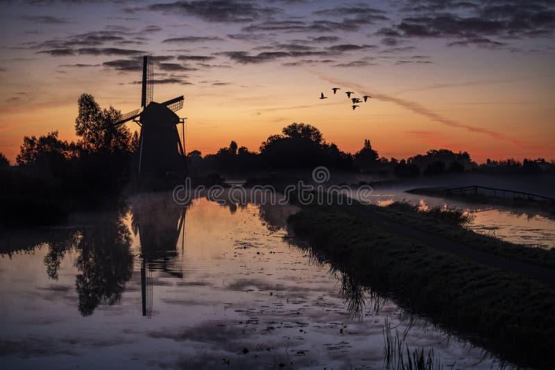 Восход солнца на голландской ветрянке стоковое изображение