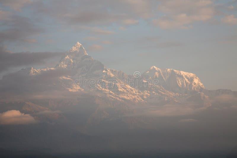 Восход солнца на горе Sarangkot около города Pokhara, горной цепи Annapurna, Гималаев, Непала стоковые фотографии rf