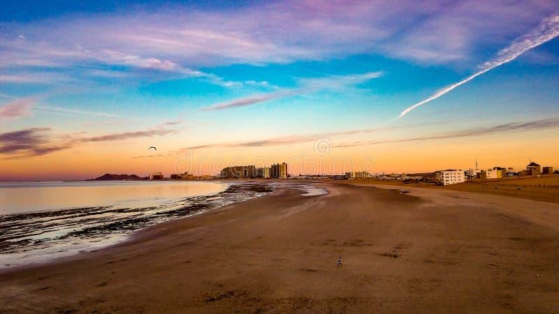Восход солнца на горизонте на песчаном пляже, Puerto Penasco, Мексике стоковая фотография
