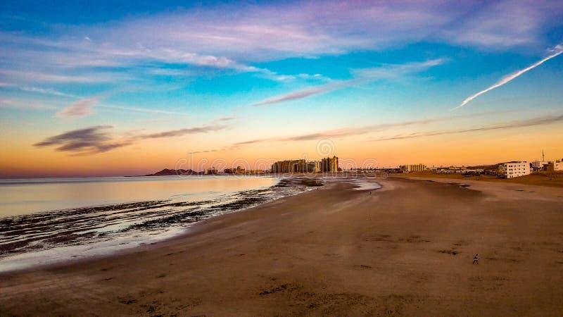 Восход солнца на горизонте на песчаном пляже, Puerto Penasco, Мексике стоковые фото