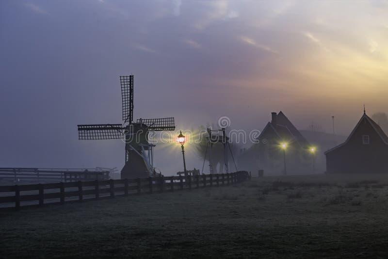Восход солнца на доме Zaanse Schans деревянном стоковые изображения rf