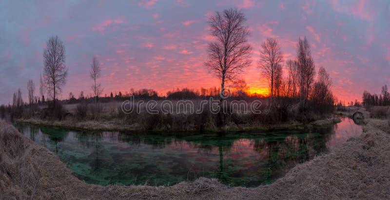 Восход солнца на изумрудном реке стоковые фотографии rf