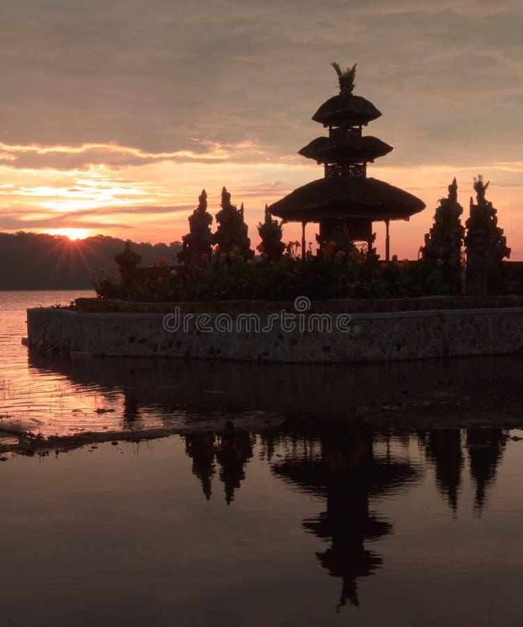 Восход солнца на индусском виске в Бали стоковые фотографии rf