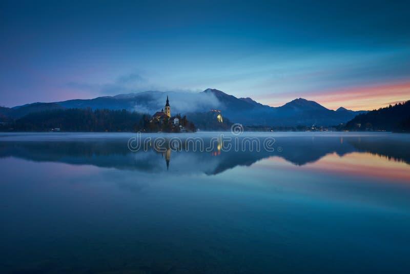 Восход солнца на озере кровоточенном осенью стоковые фотографии rf