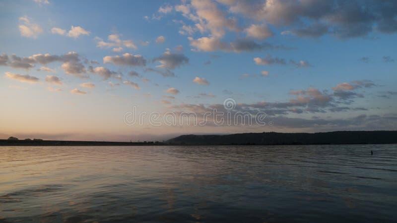 Восход солнца на озере, предыдущей рыбной ловле или гребле стоковое фото