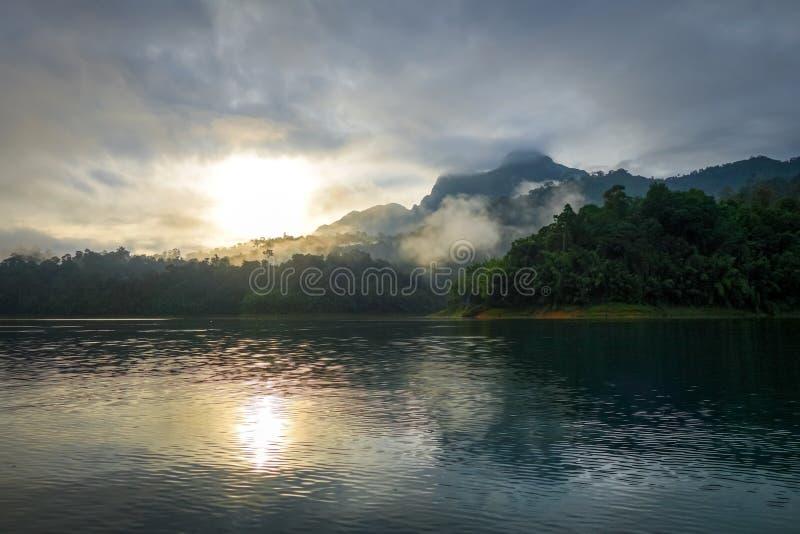 Восход солнца на озере Lan Cheow, национальном парке Khao Sok, Таиланде стоковая фотография rf