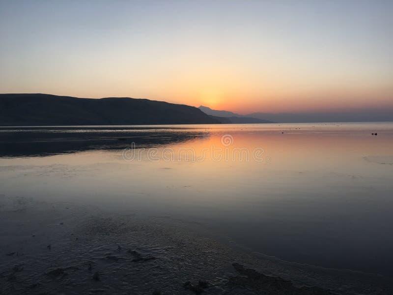 Восход солнца на озере Manasarovar весной в Тибете в Китае стоковые фотографии rf