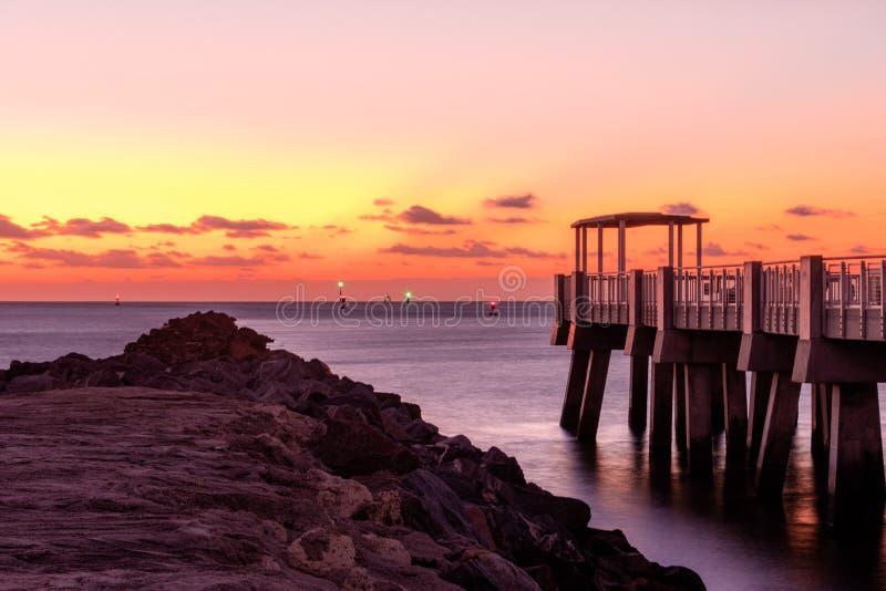 Восход солнца на пляже новый рассвет стоковая фотография rf