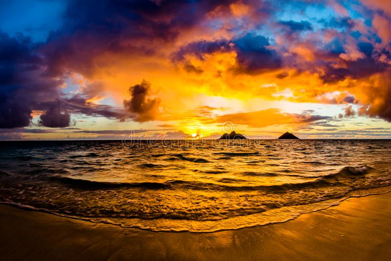Восход солнца на пляже Lanikai в Kailua Оаху Гаваи стоковое фото