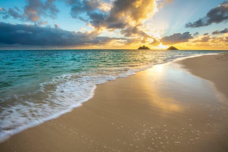 Восход солнца на пляже Lanikai в Kailua Оаху Гаваи стоковая фотография