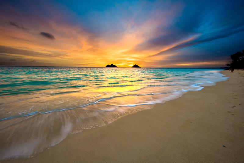 Восход солнца на пляже Lanikai в Kailua Оаху Гаваи стоковые изображения