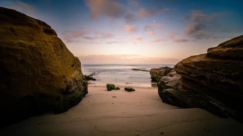 Восход солнца на пляже Windansea в Сан-Диего, Калифорнии стоковые изображения