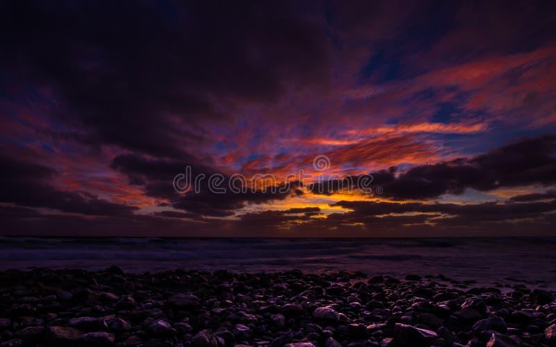 Восход солнца на Прая de Igrejinh с драматическими красочными небом и утесом на острове соли стоковые фотографии rf