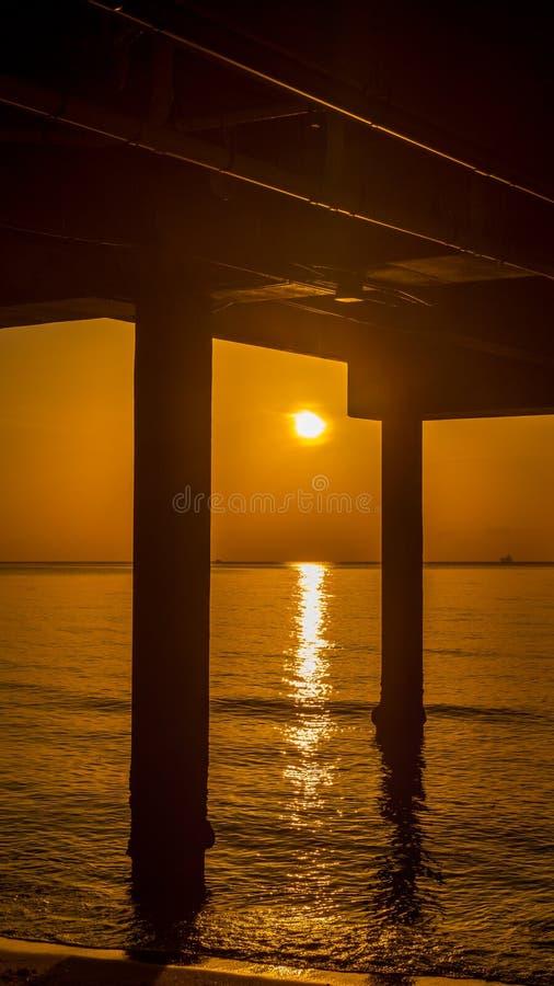 Восход солнца на пристани пляжа в государстве солнечности Флориде стоковые изображения