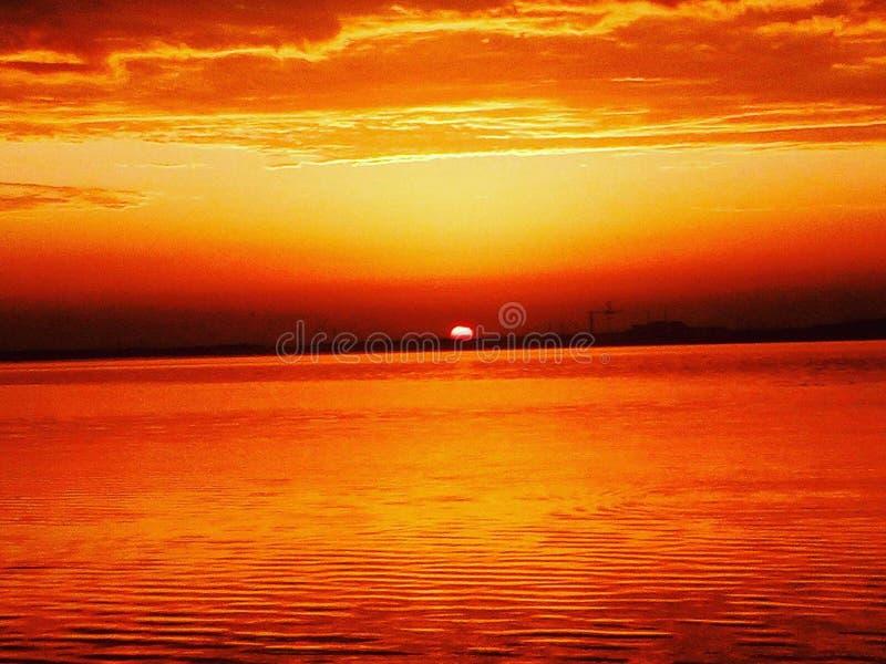 восход солнца на реке стоковое изображение