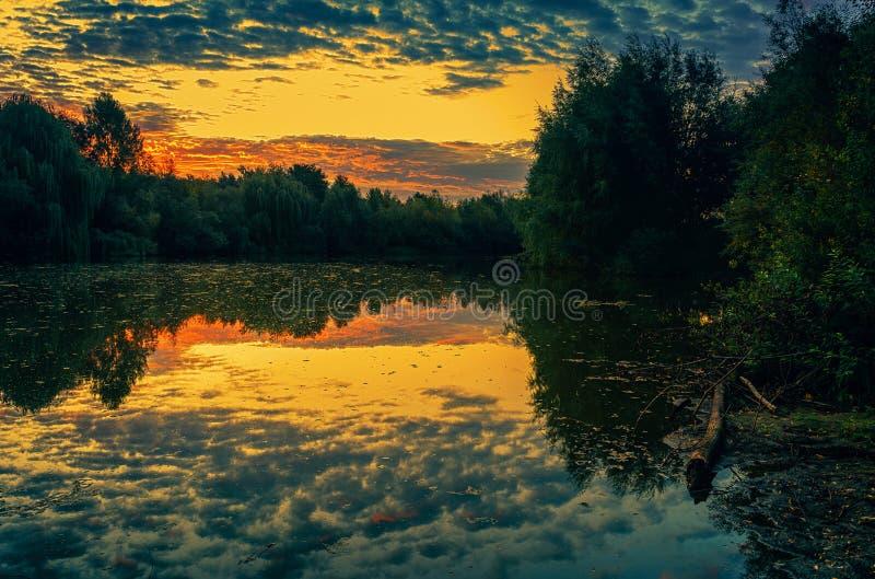 Восход солнца на реке стоковое изображение rf