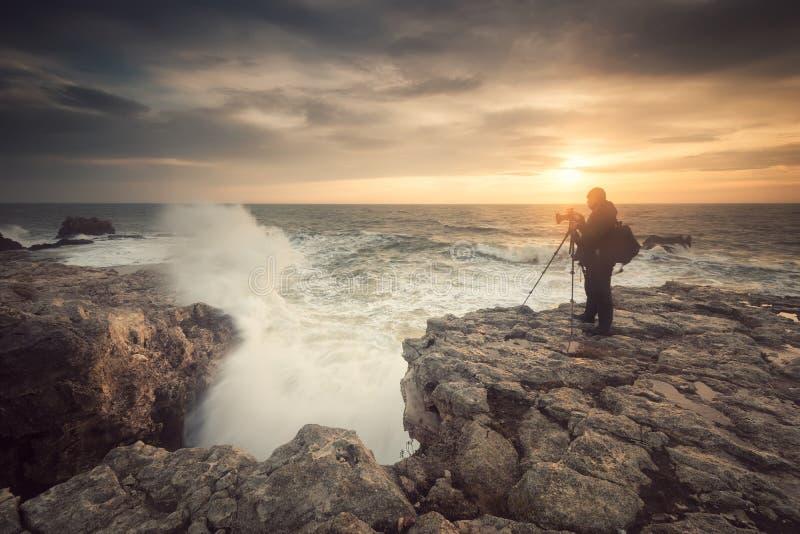 Восход солнца на скалистом пляже стоковые изображения rf