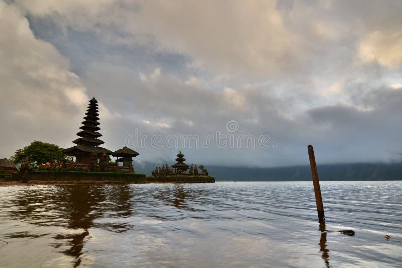 Восход солнца на Pura Ulun Danu Bratan Bedugul тюкованный Индонезия стоковая фотография rf