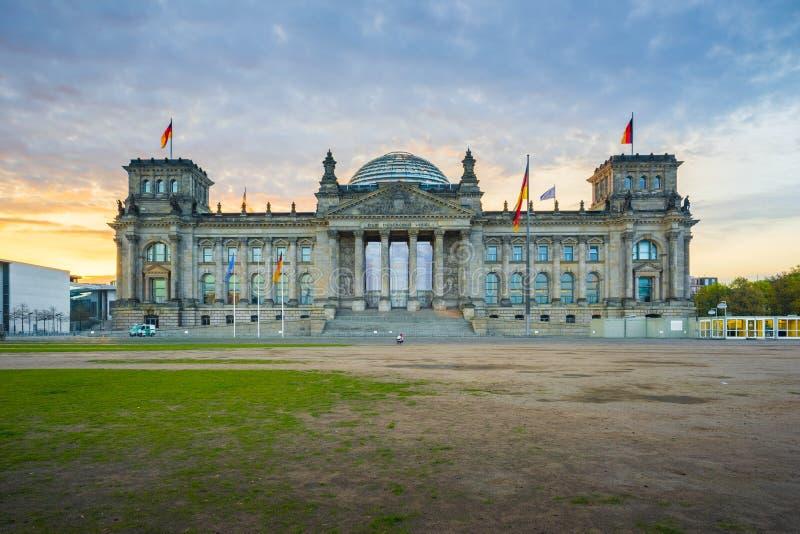 Восход солнца на Reichstag строя историческое строение в Берлине, стоковое фото rf