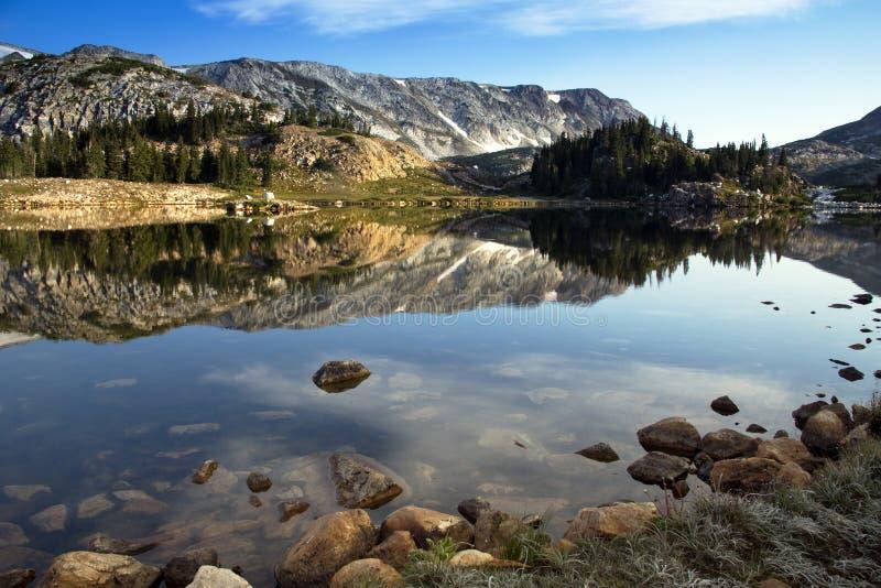 Восход солнца озера Libby отражения в горах ряда Snowy Wy стоковое фото rf