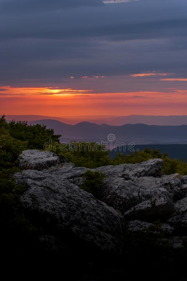 Восход солнца от утесов медведя - дернов тележки, Западной Вирджинии стоковые изображения