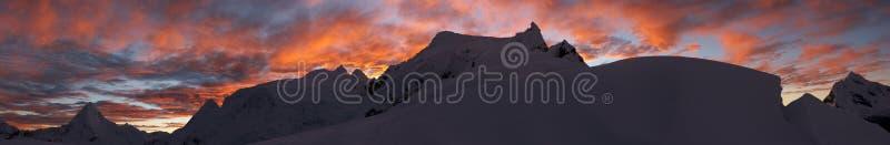восход солнца панорамы горы стоковая фотография